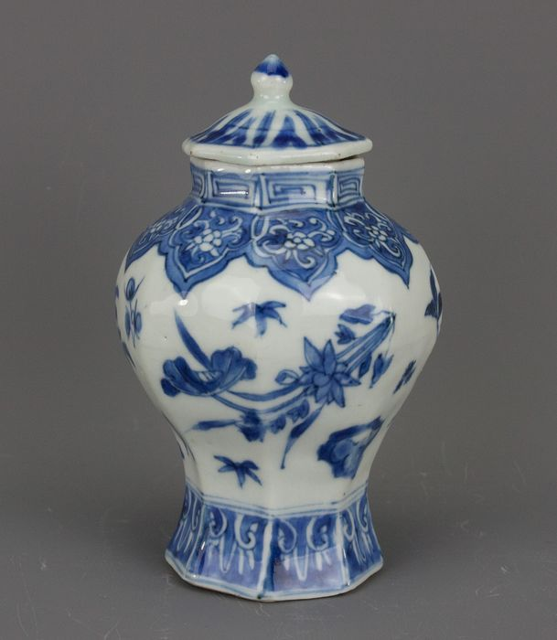 Vase - Blue and white - Porcelain - China - Transitional Period