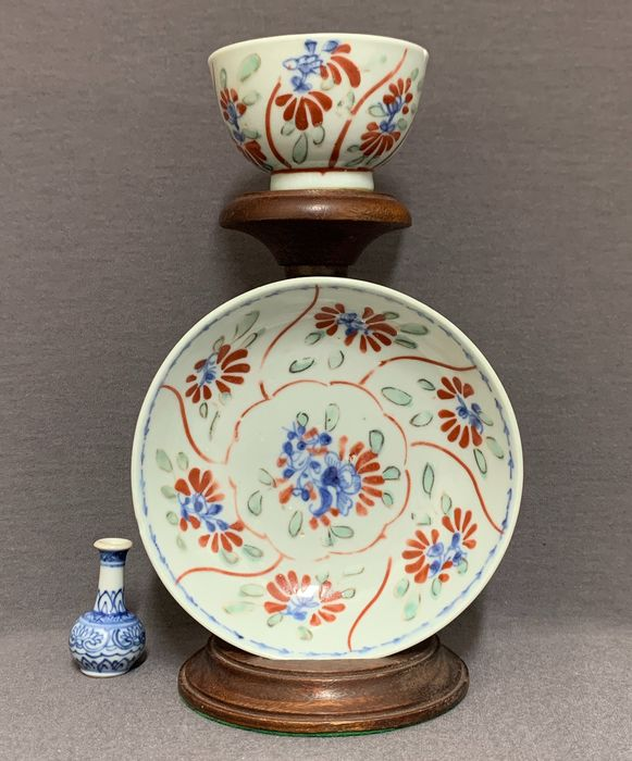 Cup, Saucer (2) - Porcelain - Peonies and blossoms - Underglaze blue and white with overglaze red and green - Mint condition - China - Qianlong (1736-1795) - Catawiki
