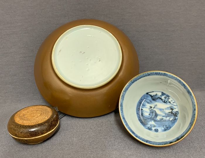 Bowl, Box, Saucer (3) - Blue and white, Famille rose - Porcelain - 3 pieces with brown glaze - One seal paste box - Mint condition - China - Qing dynasty, Kangxi period (ca. 1690) and 18th century