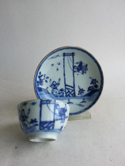 Chinese porcelain cup and saucer with swinging children from the Qianlong period - Blue and white - Porcelain - China - 18th century