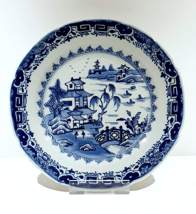 Plate (1) - Blue and white - Porcelain - Landscape, fisherman, pagoda, birds - Scalloped plate with landscape and fisherboats Ø 23 cm - China - Qianlong (1736-1795)