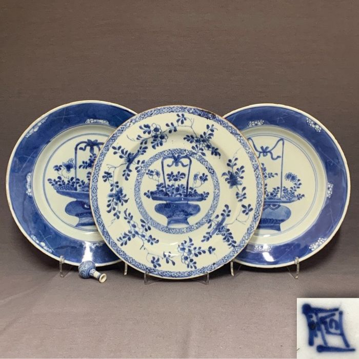 Plates (3) - Porcelain - Chinese - Floral baskets - Cracked ice - One marked with unusual seal mark - China - Kangxi (1662-1722)/Yongzheng (1722-1735)