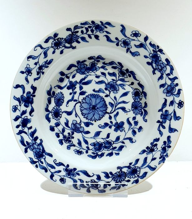 Plate (1) - Blue and white - Porcelain - Flowers - Very nice Kangxi plate with flowers Ø 22.5 cm - China - Kangxi (1662-1722)