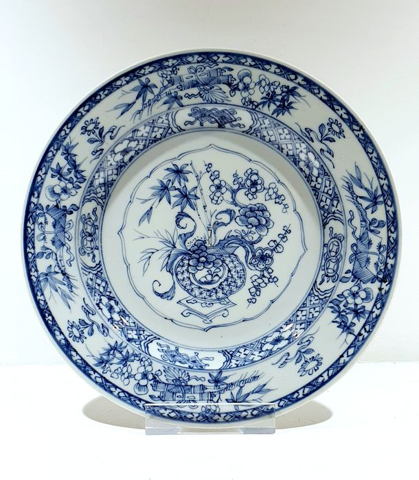 Plate (1) - Blue and white - Porcelain - Flowers - Very nice Kangxi plate with vase and scrolls Ø 23 cm - China - Kangxi (1662-1722)