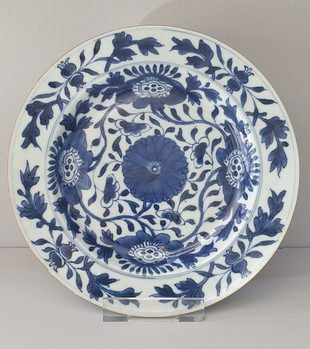 Plate (1) - Blue and white - Porcelain - Flowers - Fully decorated Kangxi plate Ø 22 cm - China - Kangxi (1662-1722)