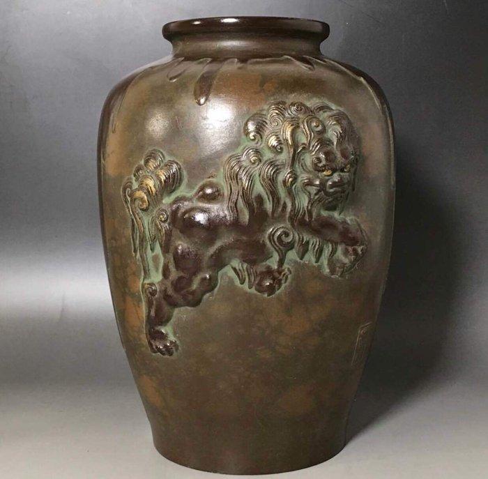 "Vase - Copper, Copper alloy - 唐獅子紋花瓶(Karashishimon Kabin)with signature鳳州""Hoshu"" - Japan - Early Showa period (1930-40)"