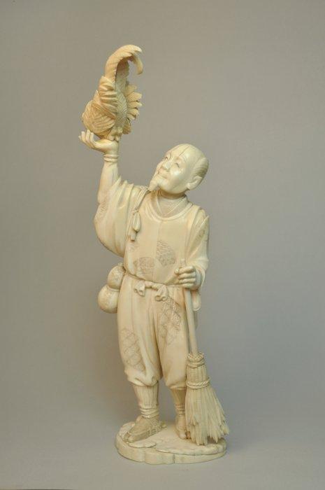 Okimono (1) - Elephant ivory - Okimono man met haan - Japan - Meiji period (1868-1912)