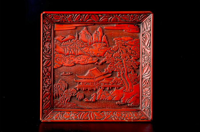 Tray - Lacquer, Wood - Exceptionally carved red lacqured tsuishu kamakura-bori tray - Japan - 19th century