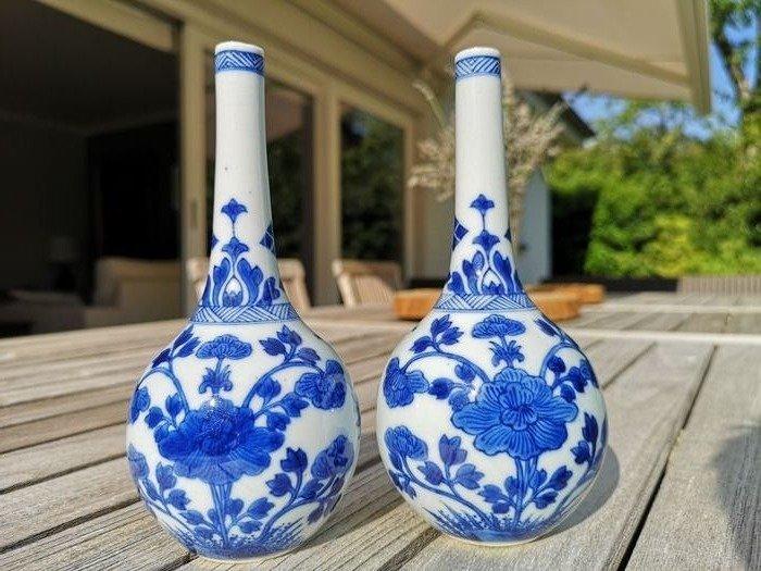 Vase (2) - Blue and white - Porcelain - Flowers - 2 vases d'arroseur d'eau de rose - China - Kangxi (1662-1722)