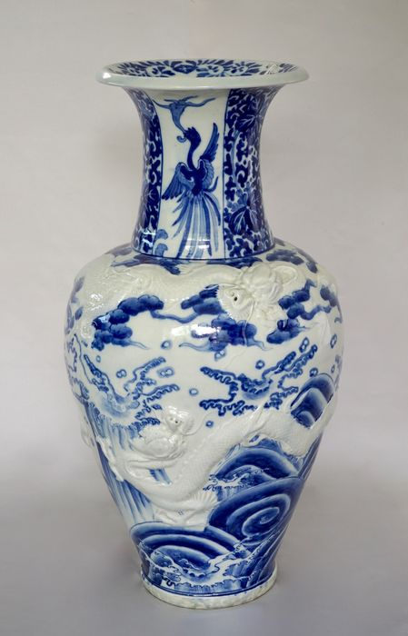 Very Large Arita Vase with Moulded Dragons - 58.5 cm - Porcelain - Japan - 19th century
