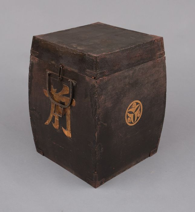 Chest - Lacquered wood - Samurai - Edo period storage box with curved sides for a Japanese armor, - Japan - Edo Period (1600-1868)