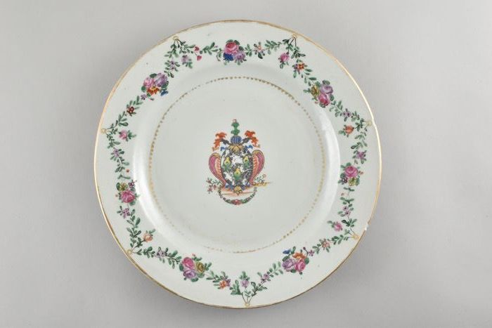 A CHINESE ARMORIAL PLATE FOR THE DUTCH MARKET (VAN GOOR) - Porcelain - China - Qianlong (1736-1795)