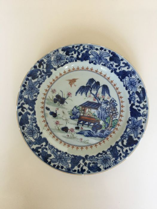 A Chinese porcelain Family rose Fencai Plate Qianlong in good condition. (1) - Porcelain - China - 18th century