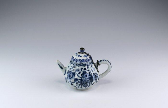 Teapot (1) - Blue and white - Porcelain - China - Kangxi (1662-1722)