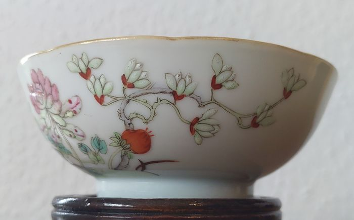 Bowl (1) - Famille rose - Porcelain - Flowers - Chinesische Familie rose Schale Tongzhi mark and period - China - Tongzhi (1862-1874)