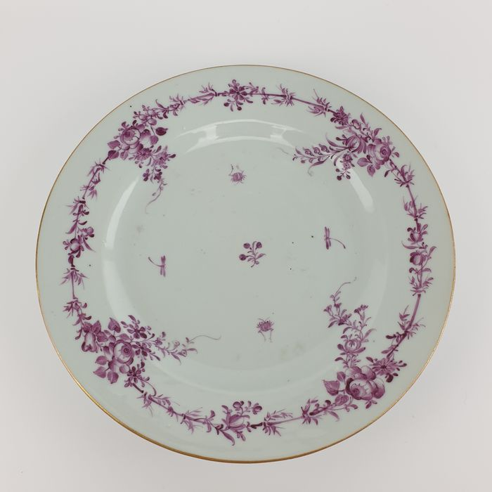 Dish, Plate (1) - Famille rose - Porcelain - Animal, Flowers - Extremely Well Painted Chinese Famille Rose Plate with Golden Rim, All Pink - China - Yongzheng (1723-1735)