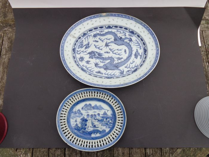 Bowl (2) - Blue and white - Porcelain - Dragon - Twee Vlees schalen Rijstkorrel en Opengewerkt - China - 19th century