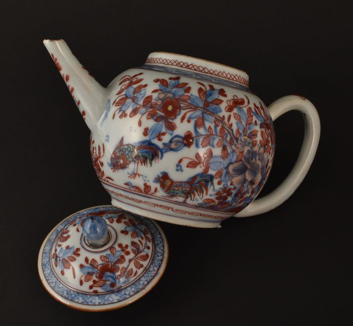 "A CHINESE DUTCH DECORATED ""COCKERELS"" TEAPOT - Porcelain - China - Kangxi (1662-1722)"