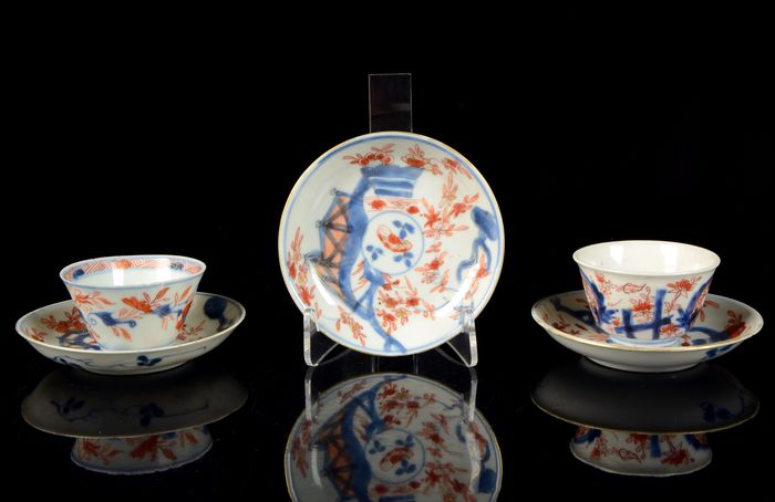A set of two cups and three saucers (5) - Blue and white, Imari, Iron red - Porcelain - Baskets of flowers - China - 18th century