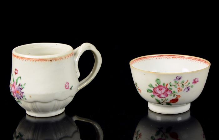 """Chinese tea-bowl and cup with handle (2) - Famille rose - Porcelain - Flower decor - So called """"Lowestoft"""" pattern - China - Qianlong (1736-1795)"""