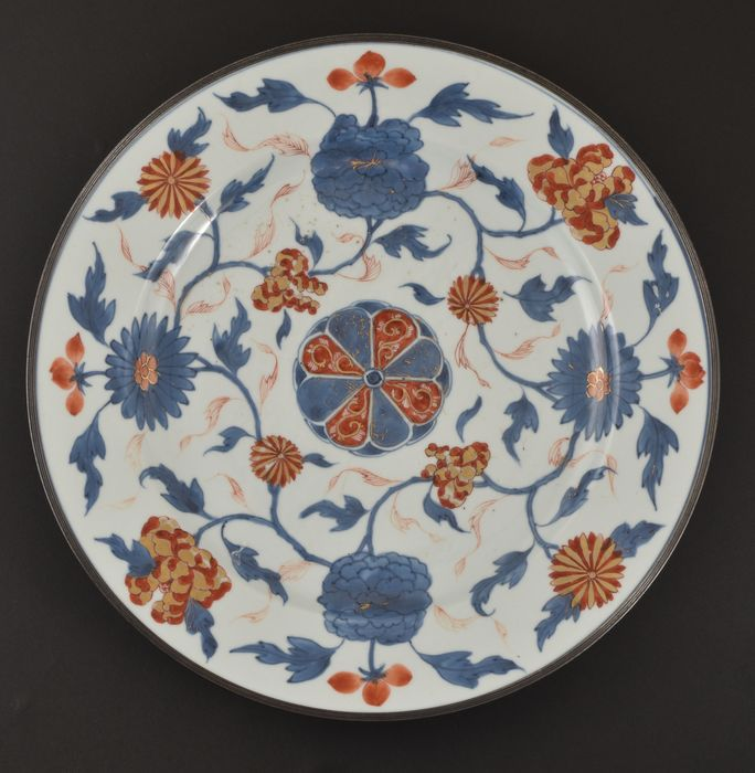 A LARGE CHINESE IMARI DISH - Porcelain - China - Kangxi (1662-1722)