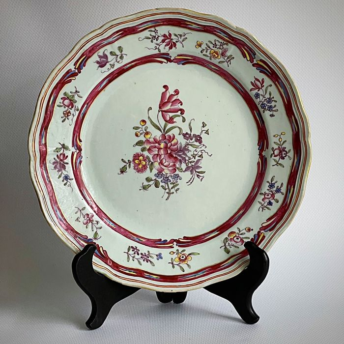 A Nice quality export plate - Famille rose - Porcelain - Flowers - China - Qianlong (1736-1795)