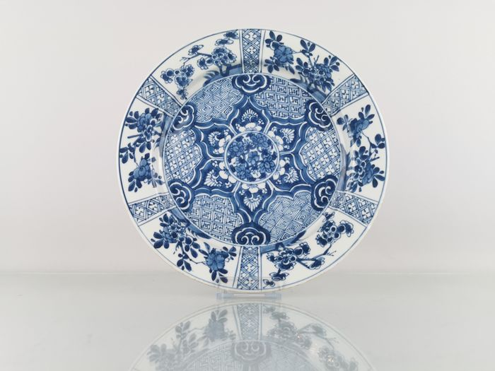 Plate (1) - Blue and white - Porcelain - Flowers, Symmetrical - High quality large fully decorated Kangxi plate Ø26.5CM - China - Kangxi (1662-1722)