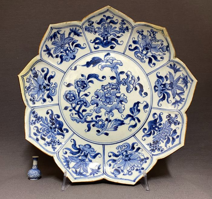 Plate - Porcelain - Chinese - Lotus shaped - Peonies, lillies, plum blossom, lotus and blossoms - 9 petals - China - Kangxi (1662-1722)