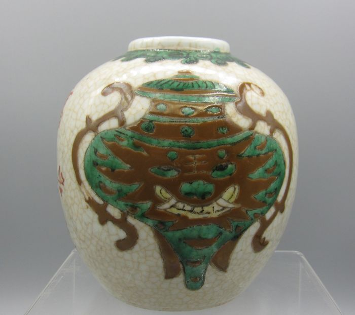 Pot with special representation (1) - Porcelain - Foo dog - China - Late 19th century
