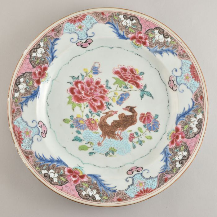 A LARGE CHINESE FAMILLE ROSE DISH DECORATED WITH 2 MANDARIN DUCKS - Porcelain - China - Yongzheng (1723-1735)