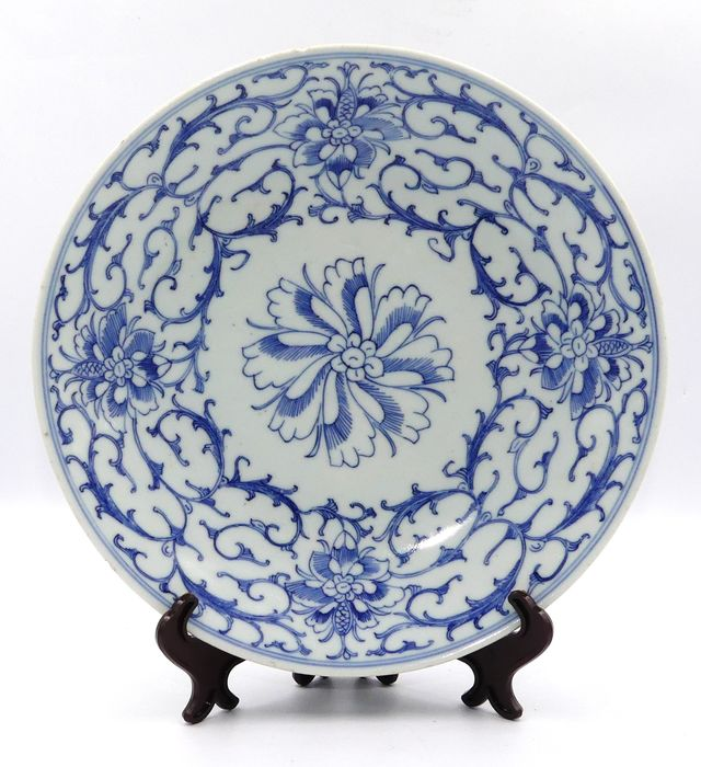 Plate with blue decoration centered with a flower - Porcelain - Jiaqing Mark and Period - China - Jiaqing (1796-1820)