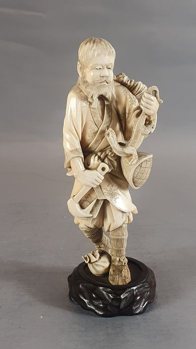 Okimono (1) - Elephant ivory - Ainu with snake - Japan - Meiji period (1868-1912)