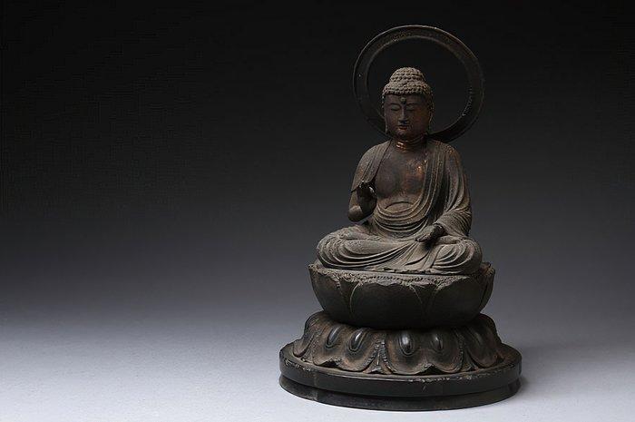 Figure (1) - Gilt, Wood - Impressive and old Buddha - Japan - Muromachi period (1333-1573)
