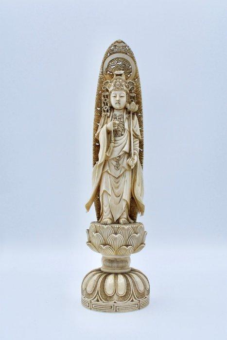 Okimono - Ivory - Kannon 観音 - Signed Ryōmei tō 良明刀 (carved by Ryomei) - Japan - Meiji period (1868-1912)