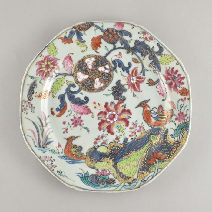 A Chinese tobacco-leaf plate for the Portuguese market - Porcelain - China - Qianlong (1736-1795)
