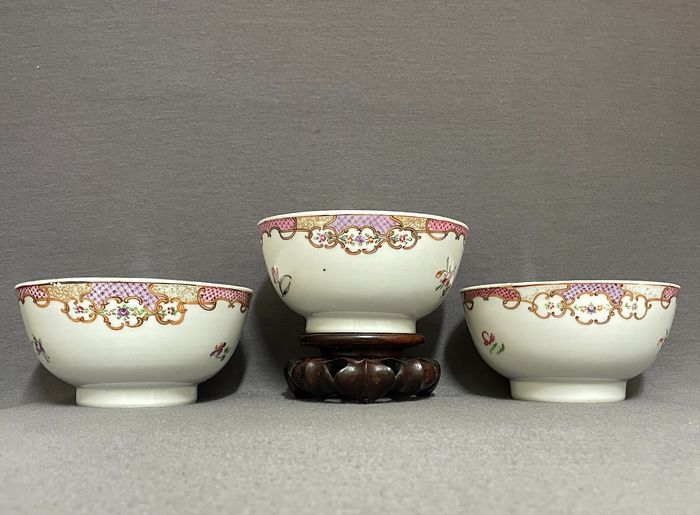 Bowls (3) - Famille rose - Porcelain - Chinese - Floral sprays and blossoms - China - Qianlong (1736-1795)