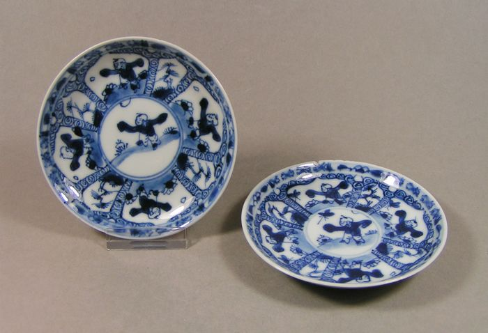 Saucers (2) - Blue and white - Porcelain - Boys - A pair of blue and white decorated small saucers, ca 1700-1720 - China - Kangxi (1662-1722)