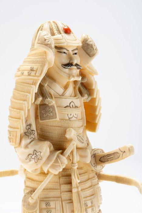 Okimono - Coral, Elephant ivory - Raro soggetto - Samurai vestito della sua armatura da guerra - Firmato Kochu - Japan - Meiji period (1868-1912)