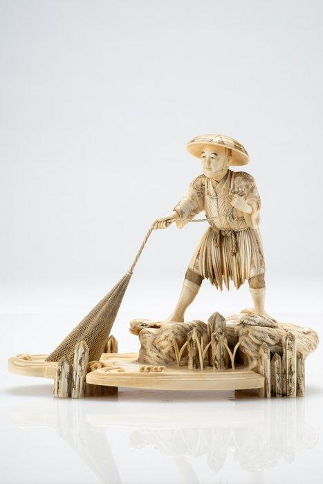 Okimono - Elephant ivory - Pescatore con rete Firmato Muneyoshi - Japan - Meiji period (1868-1912)