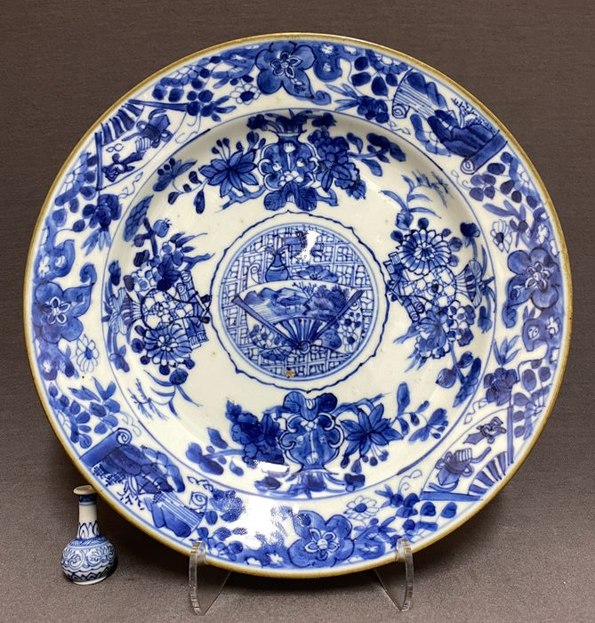 Plate - Porcelain - Chinese - Rare medallion plate - Vases, scrolls, cracked ice, fan shaped panels - Mint condition - China - Kangxi (1662-1722)