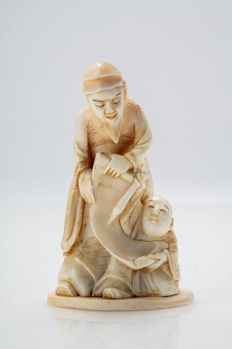Okimono - Elephant ivory, Marine ivory - NO RESERVE PRICE - Monaco con scroll e bambino - Japan - Meiji period (1868-1912)