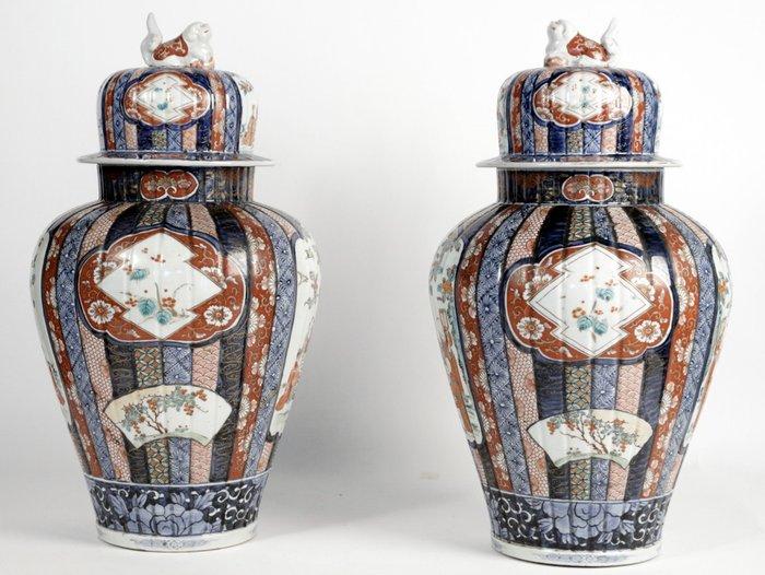 Baluster vase (2) - Imari - Porcelain - Children, Flowers - Grande paire de potiches couvertes aux émaux Imari - Japan - Meiji period (1868-1912)