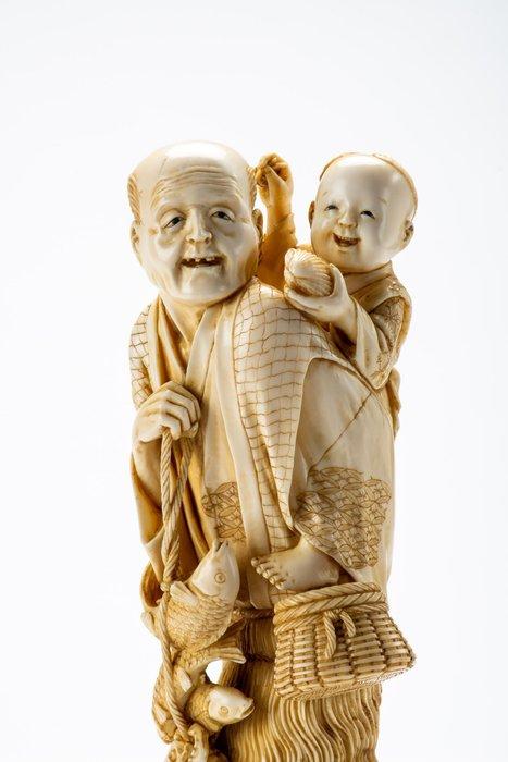 Okimono - Elephant ivory, Lacquer - Child, Fisherman - Fortunato pescatore con bambino sulle spalle - Firmato Masayuki 正之 - Japan - Meiji period (1868-1912)