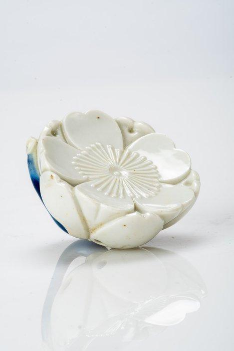 Netsuke - Porcelain - Fiore di prugno - Japan - Meiji period (1868-1912)