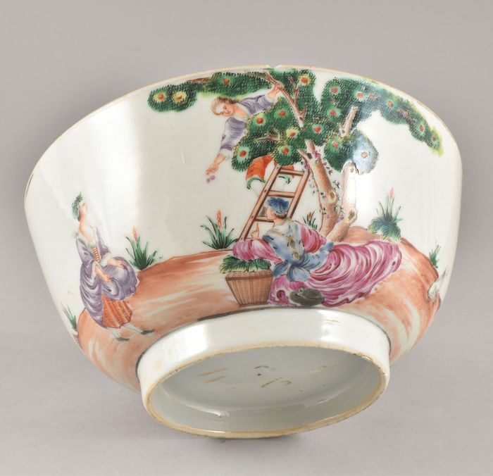 A CHINESE EXPORT CHERRY PICKERS BOWL - Porcelain - China - Qianlong (1736-1795)