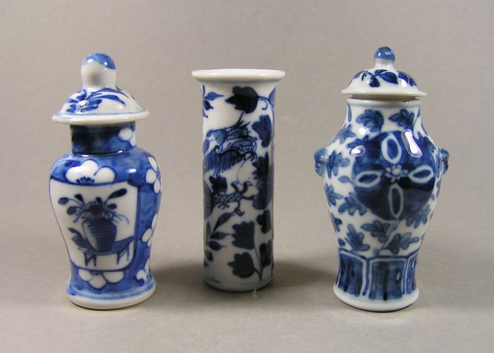 Vases (3) - Blue and white - Porcelain - Dragon, Flowers - Three blue and white decorated small vases - China - 19th century