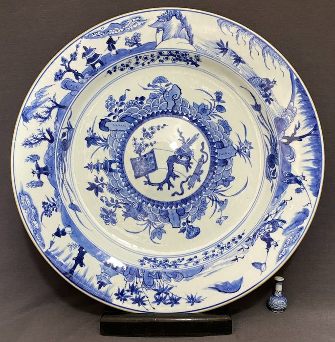 Plate - Porcelain - Chinese - Huge (d. 35,8 cm!) - Trunk table with censer - Persons with different professions - China - Kangxi (1662-1722)