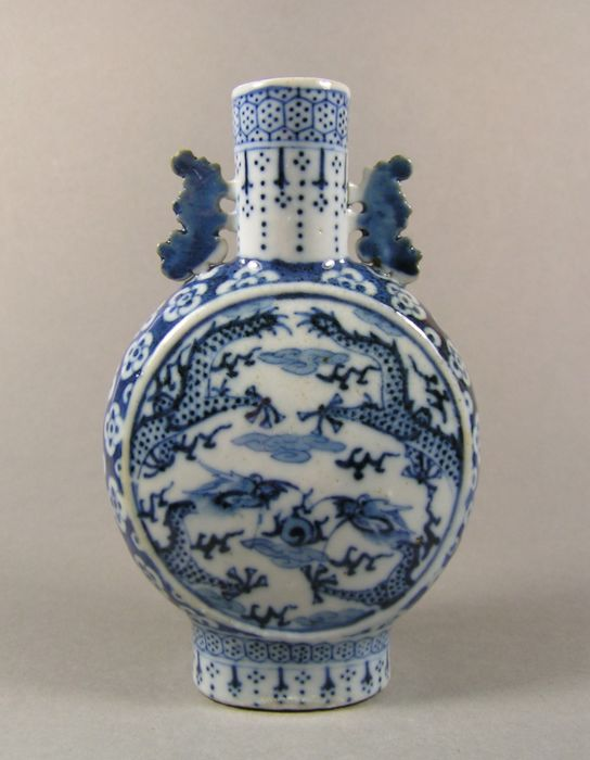 Moonflask - Blue and white - Porcelain - Dragon, Flowers - A blue and white dragon-decorated so-called 'moonflask' - China - 19th century