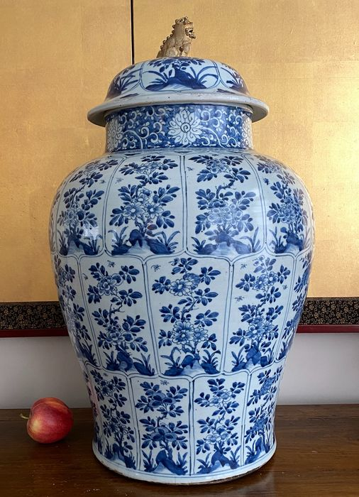 Vase - Porcelain - Chinese - Huge lidded vase (h. 64,5 cm!) - Petal shaped panels with different florals and insects - China - Kangxi (1662-1722)