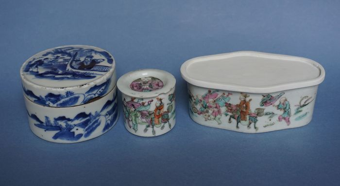 3 boxes of Guangxu porcelain (3) - Blue and white, Famille rose - Plaster, Porcelain - China - Guangxu (1875-1908)